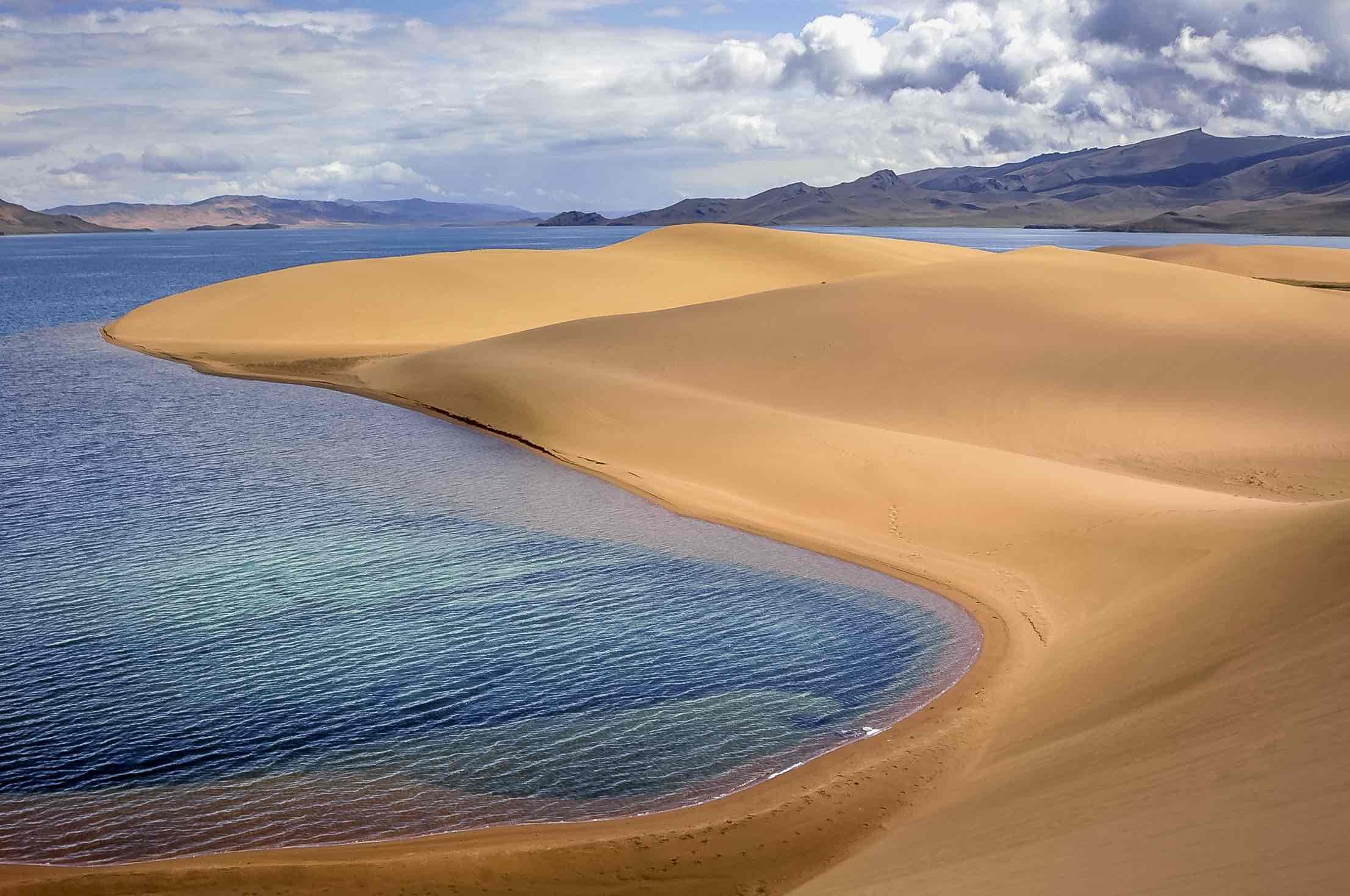 Mongolei - See mit Sanddünen